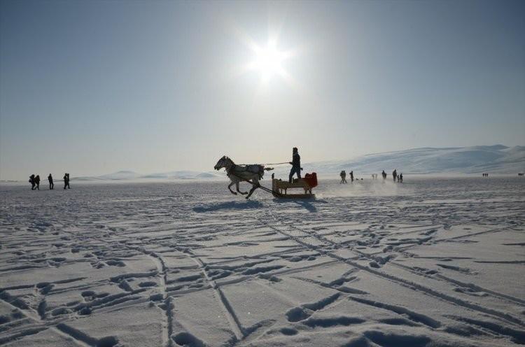 Buz tutan Çıldır Gölü'ne turist ilgisi