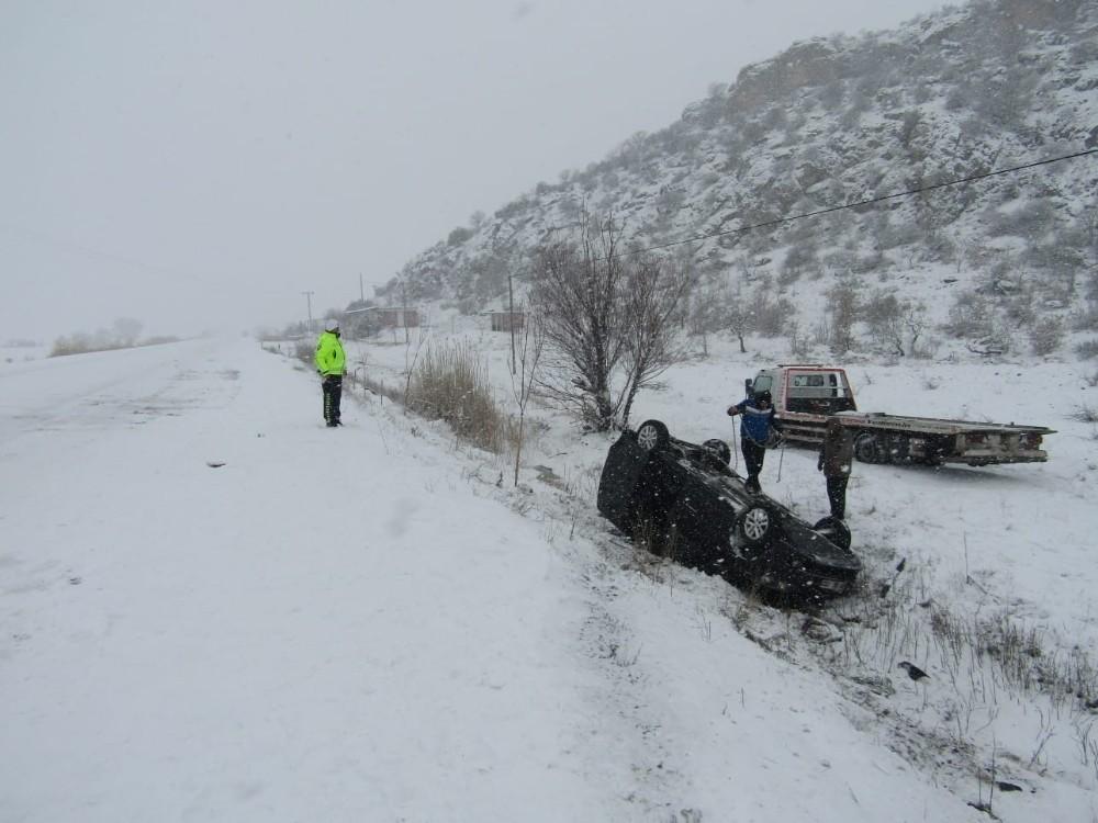 Buzlu yolda kayan araç takla attı: 6 yaralı