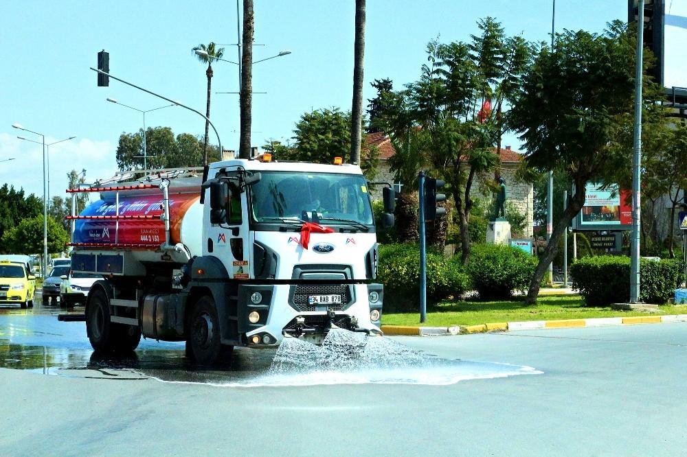 Cadde ve bulvarlar korona virüse karşı yıkandı