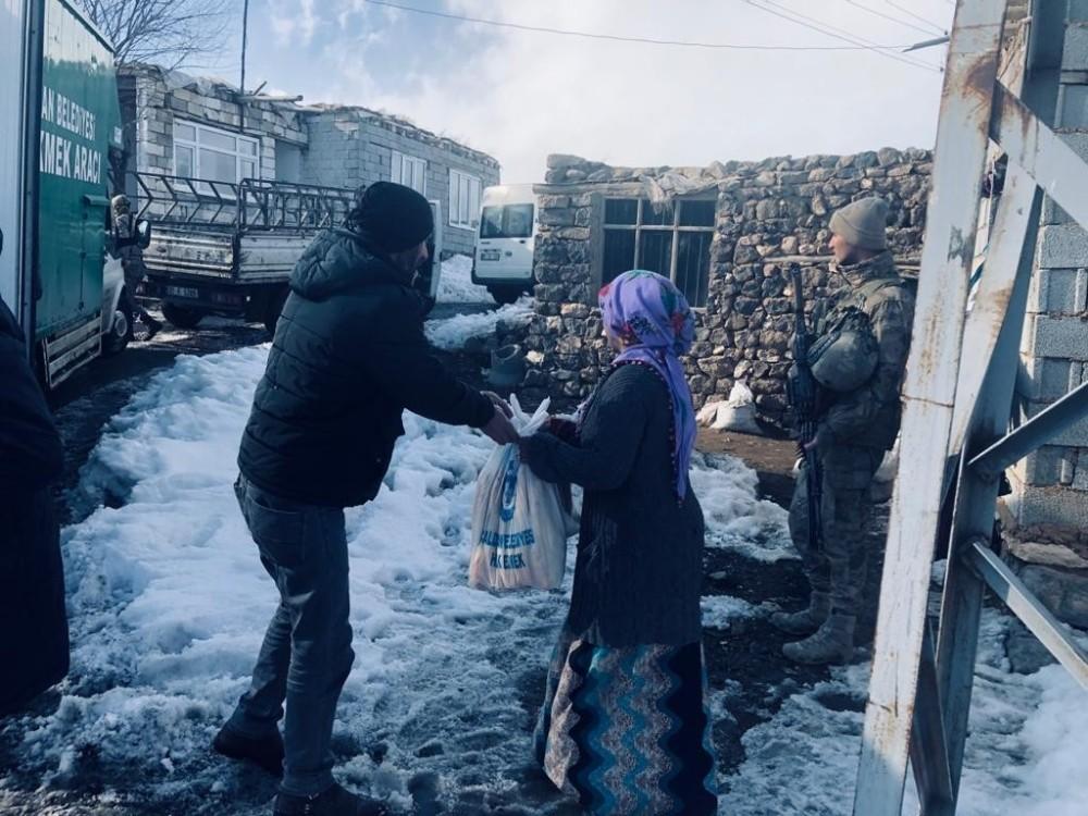Çaldıran Belediyesinin yardımları Başkale'deki depremzedelere ulaştırıldı