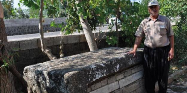 Camideki musalla taşı Roma dönemine ait lahit çıktı! Gözü gibi koruyor