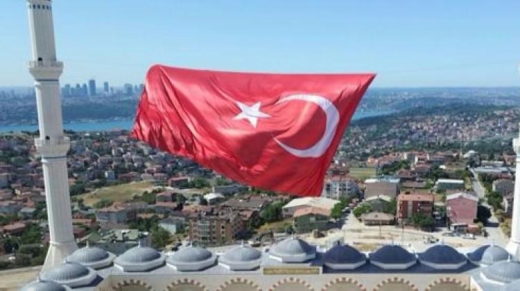 Çamlıca Camisi'ne dev Türk bayrağı!