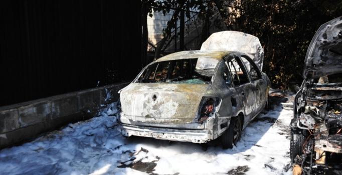 Çanakkale'de park halinde alev alan 2 otomobil yandı