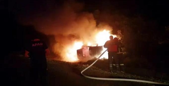 Çarpışan iki otomobil alev alev yandı