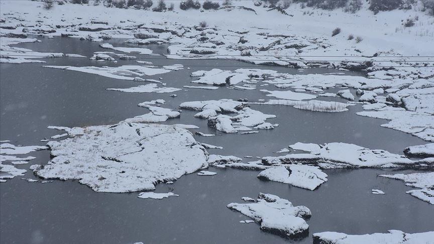 Çat Barajı'ndaki 'yüzen adalar' dondu