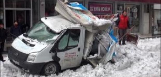 Kar kütlesi kamyoneti bu hale getirdi!