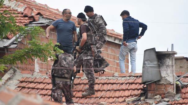 Çatılarda arıyorlar… Özel harekat ekipleri mahalleye kobralarla girdi şuan tek tek…