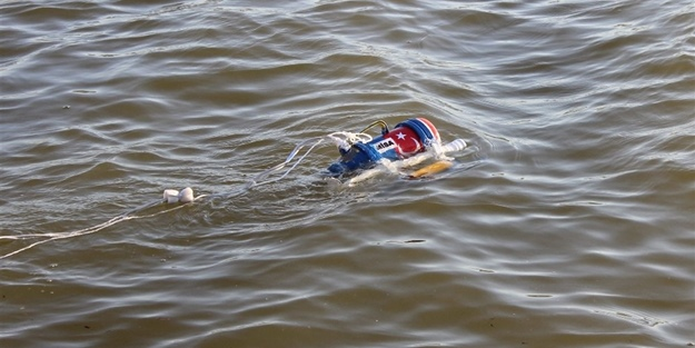 Çay termosundan denizaltı yaptı