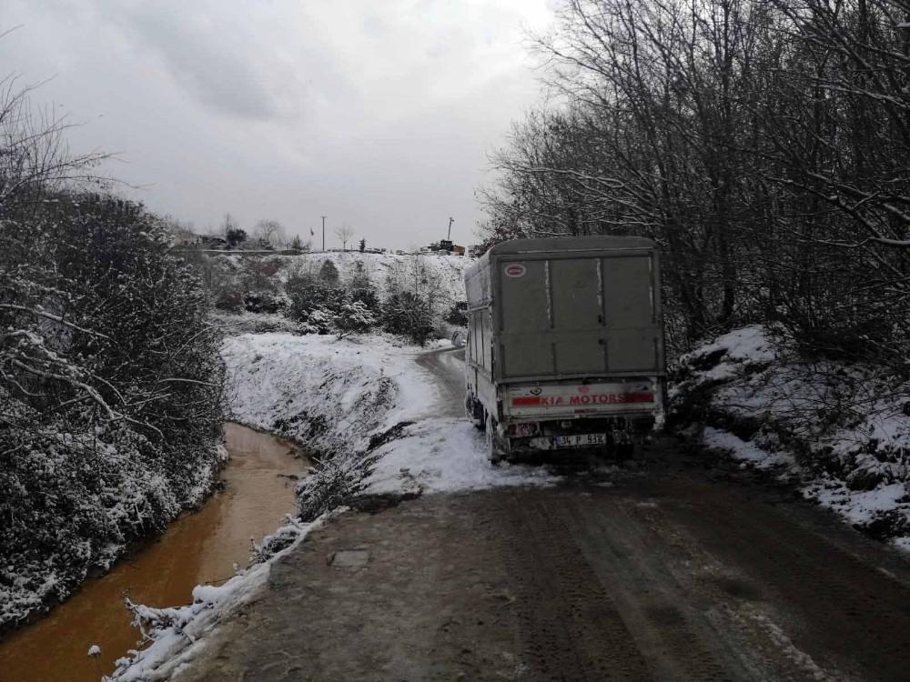 Çekmeköy'de kar nedeniyle kayan kamyonet dereye devrildi