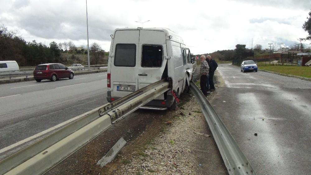 Çelik bariyer minibüse ok gibi saplandı