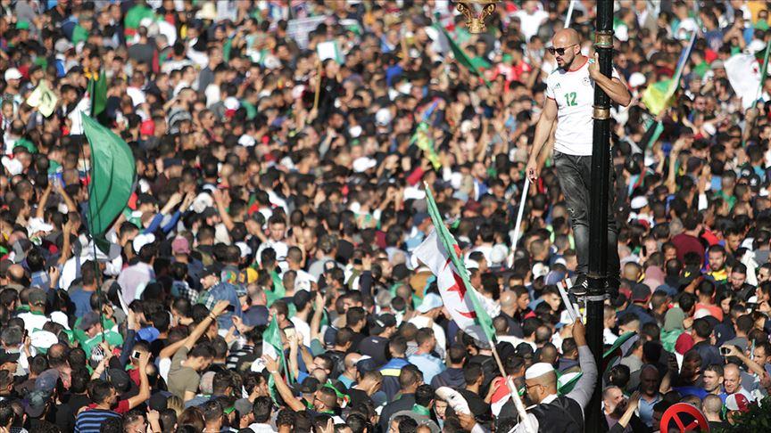 Cezayir'de Genelkurmay Başkanı Salih'in ölümünün ardından halk hareketinin akıbeti tartışılıyor