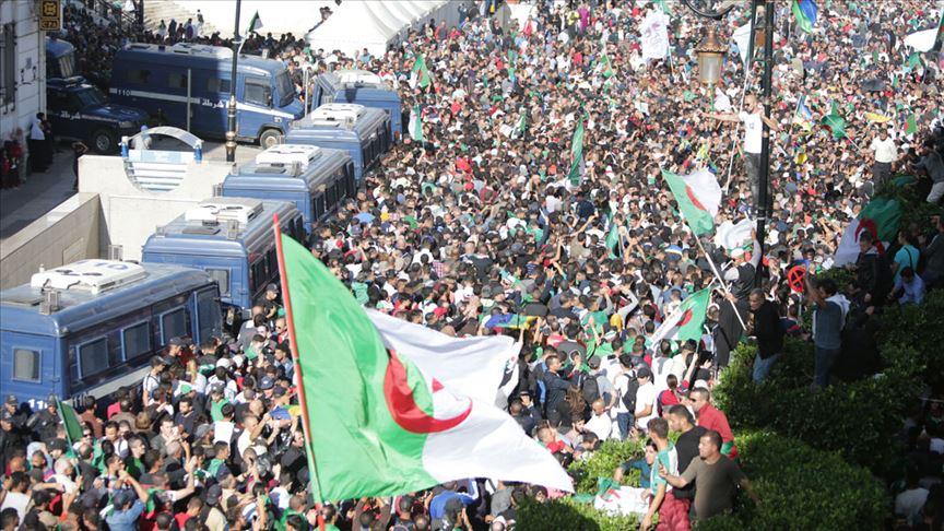 Cezayir'de göstericiler 'yönetim sisteminde köklü değişiklik' talebinde ısrarcı