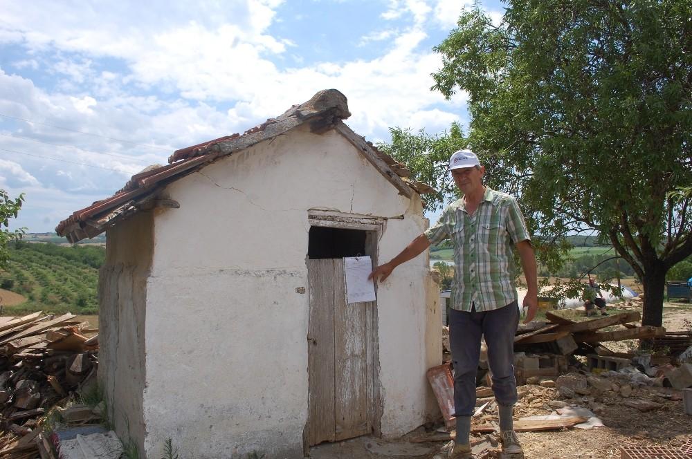 CHP'li belediye evin önündeki 60 yıllık tuvaleti mühürledi
