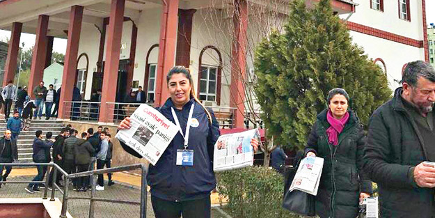 CHP'li belediyeden cami önünde bedava Cumhuriyet gazetesi dağıttırma rezaleti!