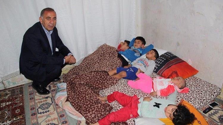 CHP'li Gürsel Tekin Suriyelilerin evine ayakkabıyla girdi