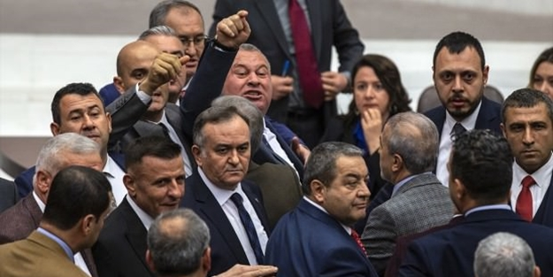 CHP'li Sezgin Tanrıkulu Meclis'i karıştırdı: 'İt' demedim 'git' dedim!