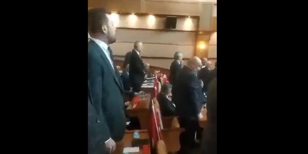 CHP'li üyelerden İstiklal Marşı'na büyük saygısızlık