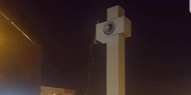 CHP'nin yeniden kazandığı Kartal Belediyesi meydana 'haç' dikti!