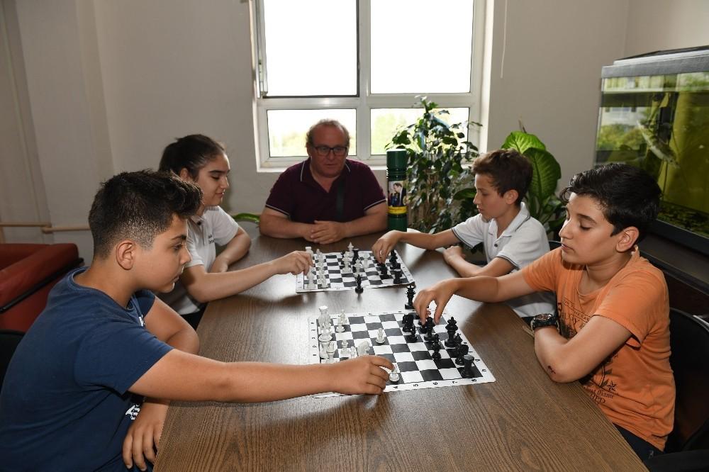Çiğli Belediyesinden okullara satranç takımı