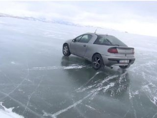 Çıldır gölü üzerinde otomobille drift yaptılar