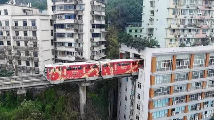 Çin'de apartmanın içinden tren geçiyor