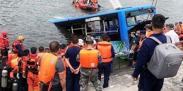 Çin'de öğrenci taşıyan otobüs kanala uçtu: Çok sayıda ölü var