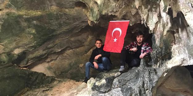 Çocukluğunda hikayesini dinlediği mağaraya çıkıp Türk bayrağı astı!