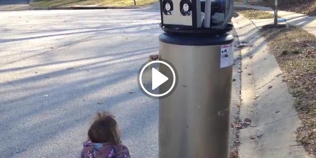 Çöpe atılmış şofbeni robot zannetti!