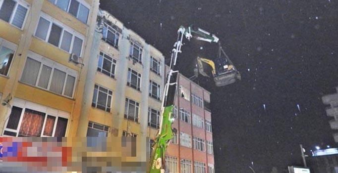 Çorum'da ilginç görüntü: İş makinesi çatıya kondu