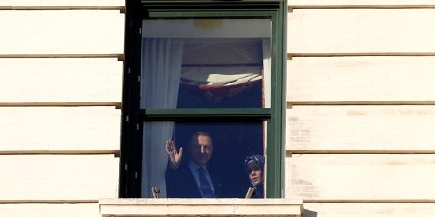 Cumhurbaşkanı Erdoğan, ABD'de kaldığı otelin önüne gelen vatandaşları selamladı