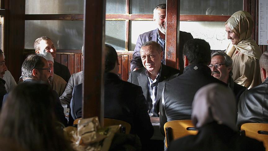 Cumhurbaşkanı Erdoğan Çınaraltı Çay Bahçesi'nde vatandaşlarla sohbet etti