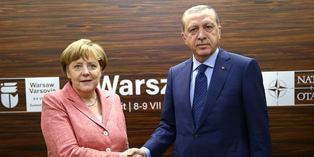 Cumhurbaşkanı Erdoğan Merkel'e teslim etti