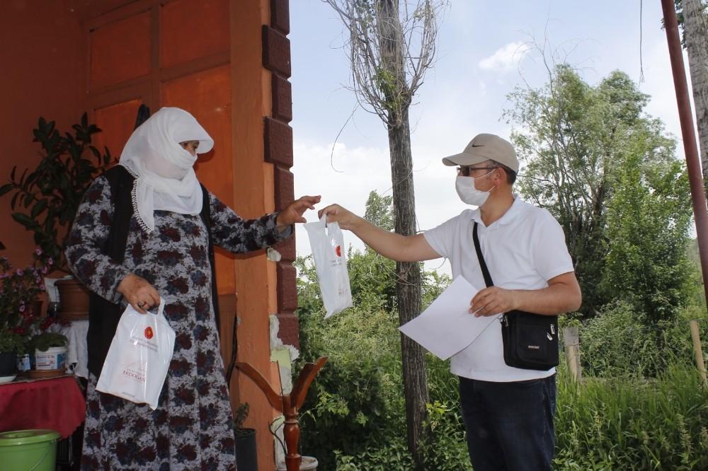 Cumhurbaşkanı Erdoğan'dan Ercişli vatandaşlara kolonya ve maske