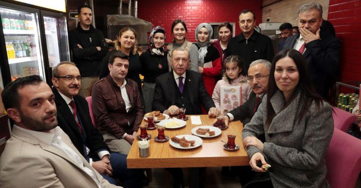 Cumhurbaşkanı Erdoğan'dan vatandaşlarla çay simit sohbeti