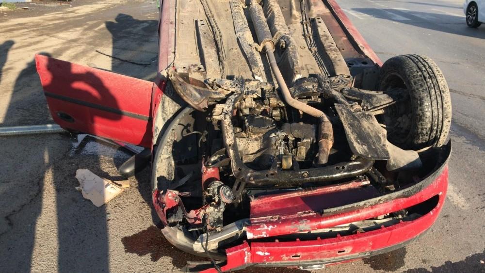 D-100'de makas atan otomobil park halindeki araca çarptı: 1 yaralı
