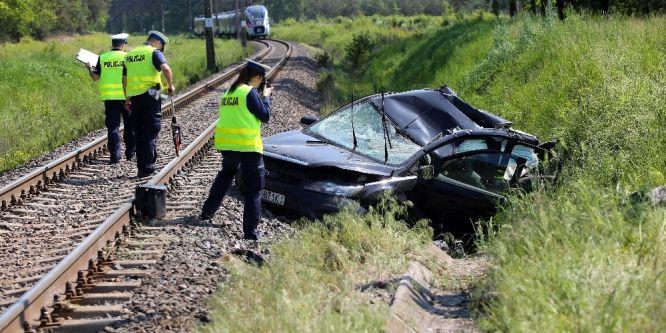 Polonya'da otomobil trene çarptı