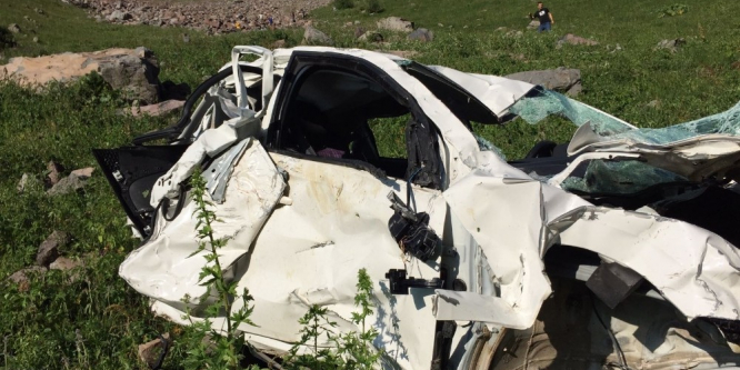 Otomobil uçuruma yuvarlandı: 3 ölü, 1 yaralı