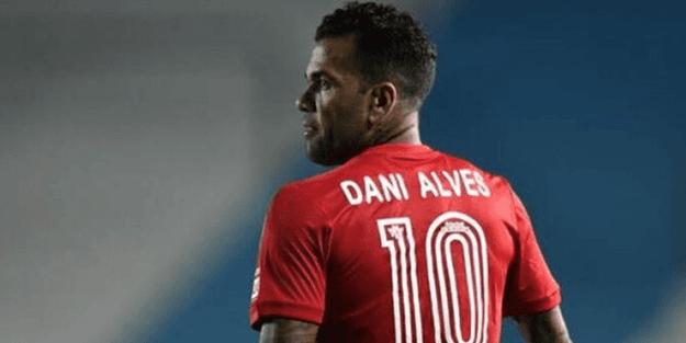 Daniel Alves ortada kaldı
