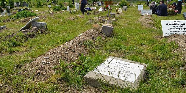 Müslüman mezarlığına saldırdılar