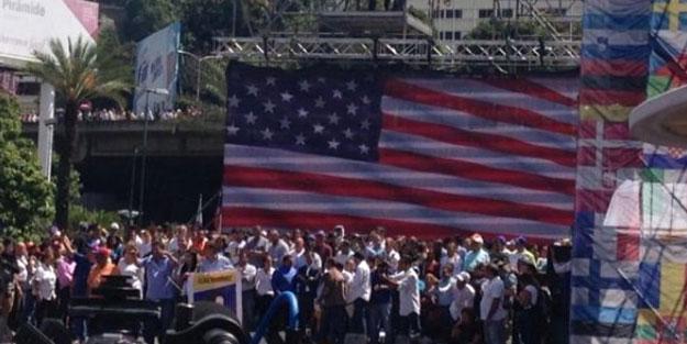 Darbe yanlıları Venezulea bayrağını indirip ABD bayrağı asıyor