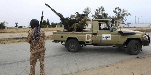 Darbeci Hafter milisleri Libya ordusuna füzelerle saldırdı