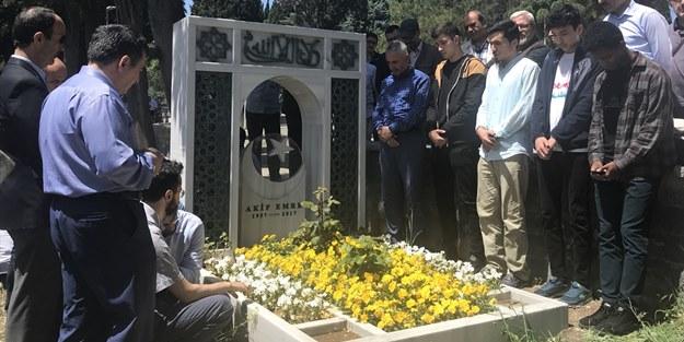 Davaya adanmış bir ömür: Akif Emre, kabri başında dualarla anıldı