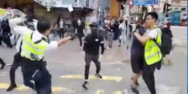 Dehşete düşüren anlar! Polis önüne geleni vurdu