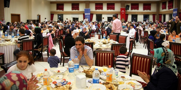 Deniz Feneri Derneği Khalifa Bin Zayed Al Nahyan Vakfı'nın desteğiyle 4 Bin yoksul kişiye iftar verdi.