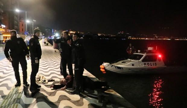 Denize düşen adamı polis kurtardı