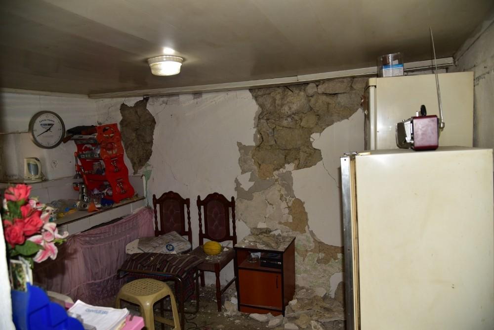 Deprem Akhisar ve Kırkağaç'taki binalarda hasara neden oldu