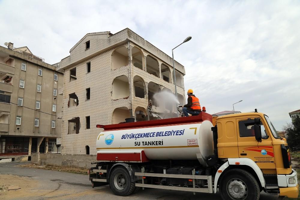 Deprem riski taşıyan 4 katlı bina yıkıldı