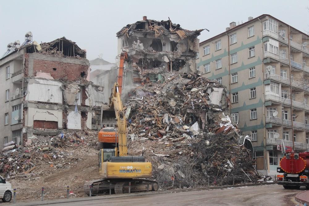 Depremde ağır hasar gören binaların yıkımı devam ediyor