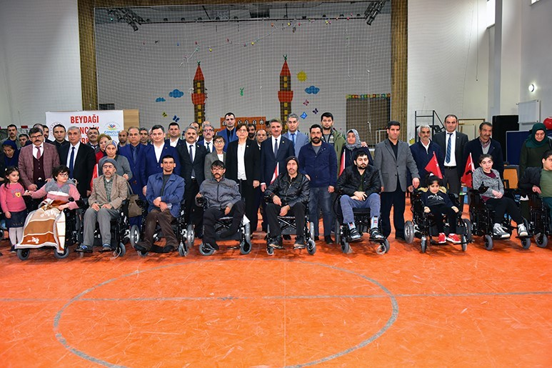 Depremden etkilenenlere akülü sandalyeler törenle teslim edildi