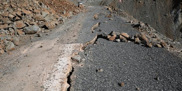 Depremin şiddeti yolu ikiye böldü